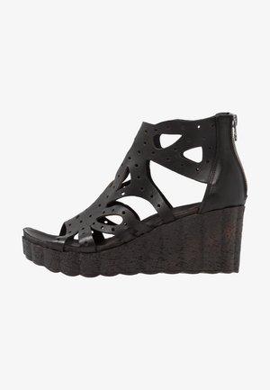 LESLIE - Sandały na platformie - black
