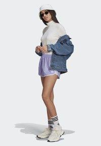 adidas Originals - 3 STRIPES ADICOLORSHORTS - Šortky - light purple - 1