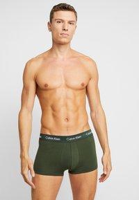 Calvin Klein Underwear - STRETCH LOW RISE TRUNK 3 PACK - Culotte - pink/blue/black - 1