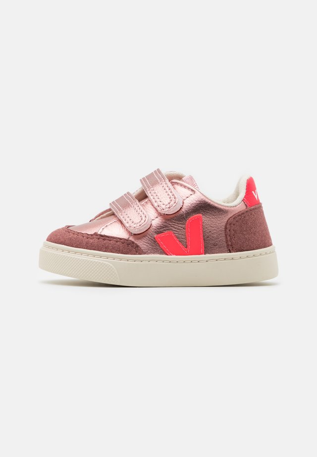 SMALL V-12  - Sneakers laag - nacre rose/fluo
