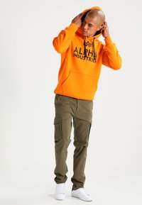 Alpha Industries - FOAM PRINT - Hoodie - alpha orange - 1