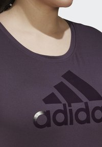 adidas Performance - GLAM ON BADGE OF SPORT LOGO T-SHIRT (PLUS SIZE) - Camiseta estampada - purple - 4