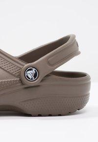 Crocs - CLASSIC UNISEX - Pool slides - chocolate - 5