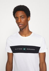 Tommy Hilfiger - NEW LOGO TEE - T-shirt con stampa - white - 3