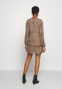 Missguided - NECK FRILL DETAIL SMOCK DRESS LEOPARD - Day dress - stone - 2