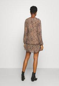 Missguided - NECK FRILL DETAIL SMOCK DRESS LEOPARD - Vestito estivo - stone - 2