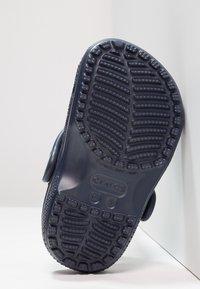 Crocs - CLASSIC UNISEX - Pool slides - navy - 4
