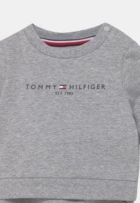 Tommy Hilfiger - BABY ESSENTIAL CREWSUIT SET UNISEX - Trainingspak - grey - 4