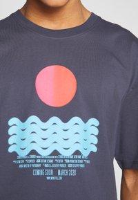 Revival Tee - CALM WATERS - T-shirt z nadrukiem - grey - 4