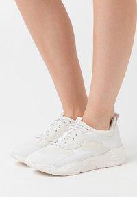 Timberland - DELPHIVILLE - Sneakersy niskie - white - 0