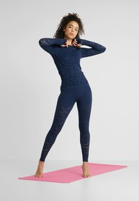 Casall - CASALL SEAMLESS STRUCTURE LONG SLEEVE - Långärmad tröja - pushing blue - 1