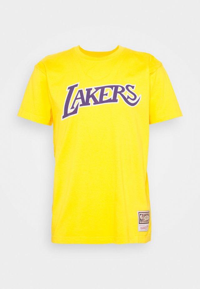 NBA LA LAKERS WORN LOGO WORDMARK TEE - Klubtrøjer - yellow