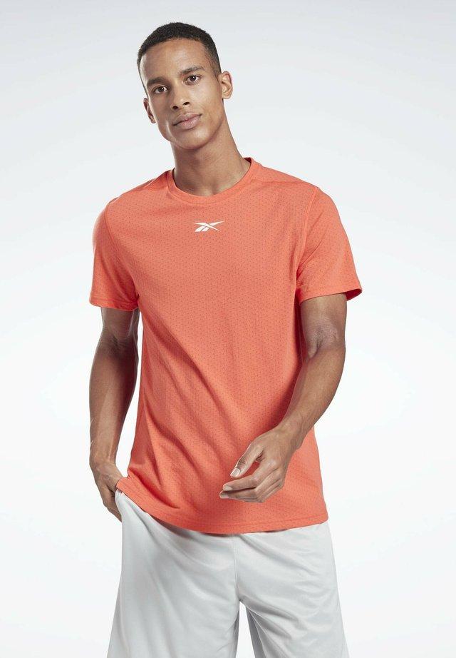 WORKOUT READY MESH T-SHIRT - T-shirts med print - orange