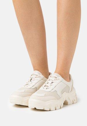 CHUNKY TREKKING TRAINERS - Sneakers laag - beige