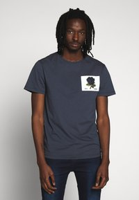 Kent & Curwen - ROSE PATCH ICON - Print T-shirt - deep blue - 0
