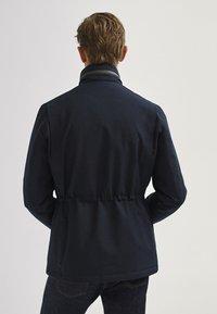 Massimo Dutti - MIT VIER TASCHEN  - Veste mi-saison - blue-black denim - 2