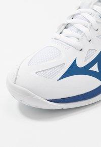 Mizuno - LIGHTNING STAR JR - Volleyballsko - white/true blue - 2