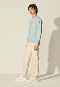 sandro - CREW UNISEX - Sweatshirt - bleu ciel - 1