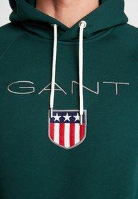 GANT - SHIELD HOODIE - Jersey con capucha - tartan green - 5