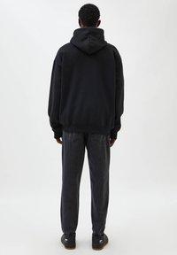 PULL&BEAR - Bluza z kapturem - black - 2
