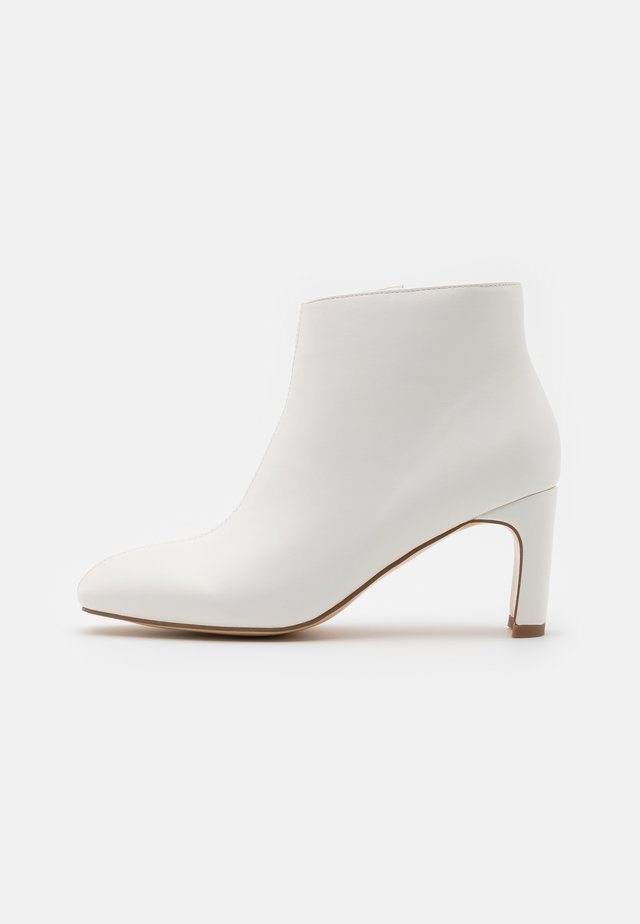 LOW SLANTED SHAFT - Boots à talons - white