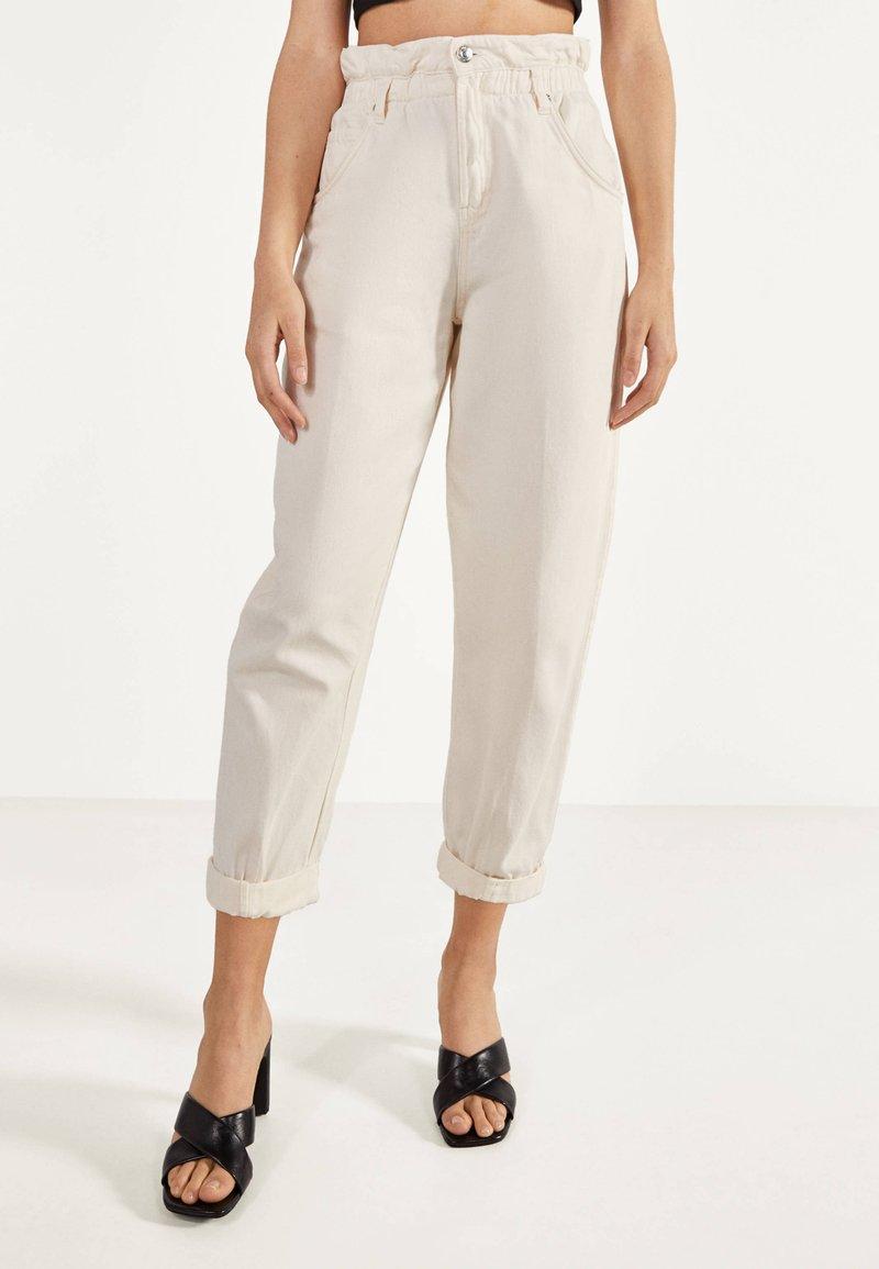 Bershka - MIT STRETCHBUND  - Spodnie materiałowe - beige