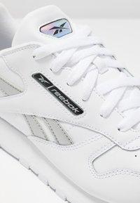 Reebok Classic - Sneakersy niskie - white/silver metallic - 2