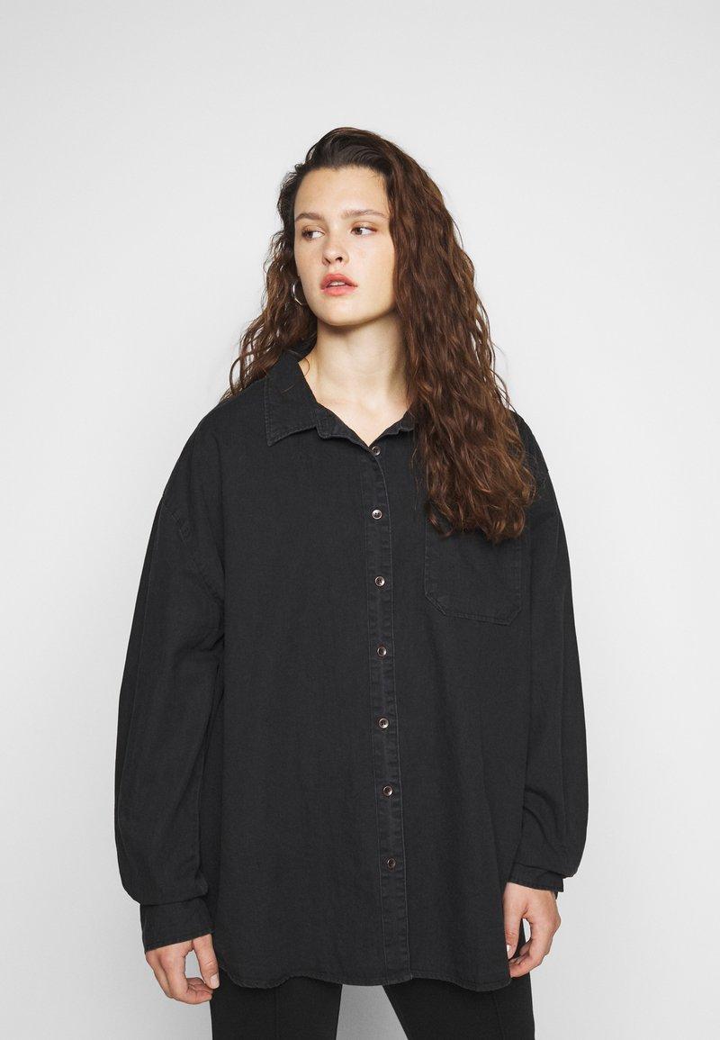 Cotton On Curve - CURVE LONGLINE  - Button-down blouse - washed black