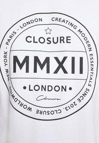 CLOSURE London - LOGO EMBLEM TEA - Print T-shirt - white - 5