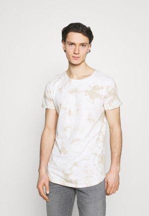 SHAPED TEE - T-shirt - bas - service sand
