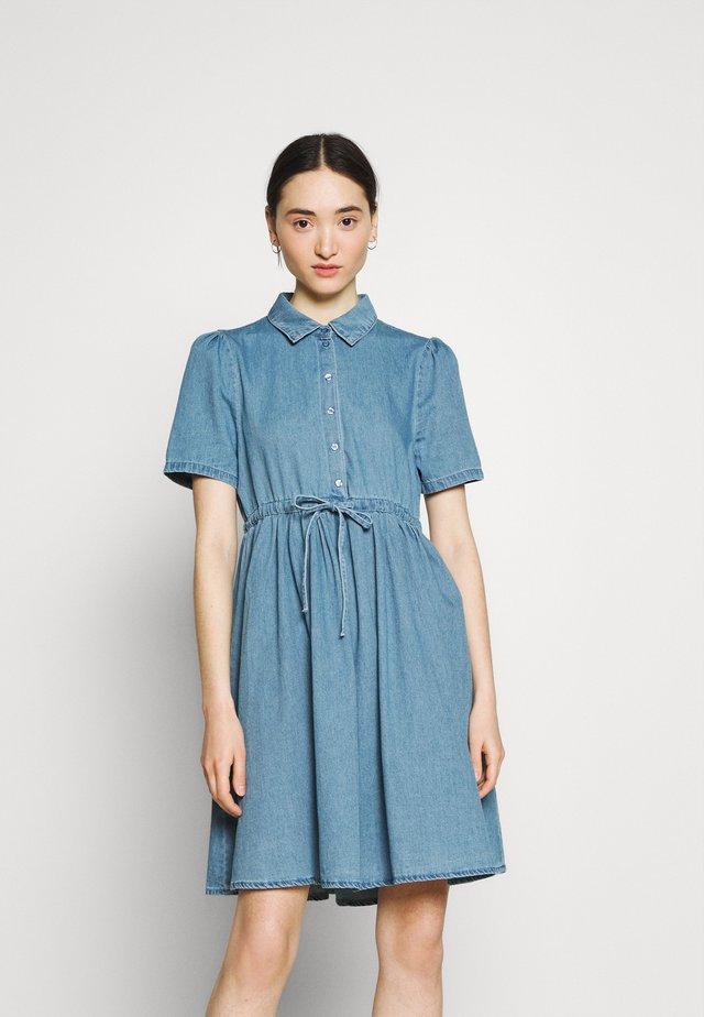 VMELLIE STRING DRESS - Vestito di jeans - light blue denim