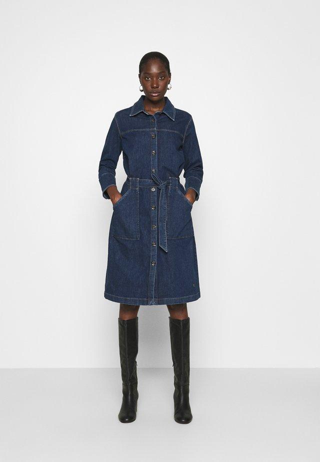 SELBY DRESS - Denimové šaty - blue