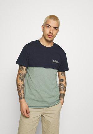 JORAIDENS TEE CREW NECK - T-shirt z nadrukiem - navy blazer
