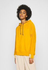 adidas Originals - SPORTS INSPIRED LOOSE HOODED  - Mikina skapucí - legacy gold - 0