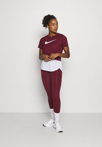 Nike Performance - DRY TEE CREW - Camiseta estampada - dark beetroot/desert berry - 1