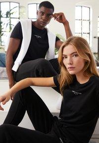Tommy Hilfiger - LOGO TEE UNISEX - T-shirt con stampa - black - 4