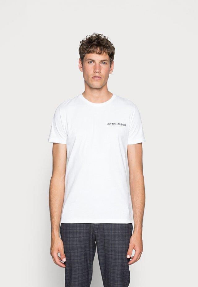 SMALL INSTIT LOGO CHEST TEE - Jednoduché triko - white