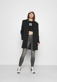 Calvin Klein Jeans - HOLOGRAM LOGO - Triko spotiskem - black - 1