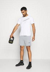 Nike Performance - FLEX SHORT 2.0 - Pantaloncini sportivi - particle grey/black - 1