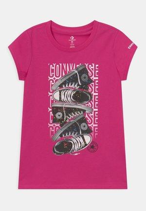 LET IT GLOW SNEAKER STACK TEE - T-shirt z nadrukiem - prime pink