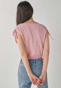 Next - DRAWSTRING - T-shirt med print - pink - 1