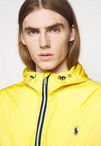 Polo Ralph Lauren - BELPORT HOODED - Tunn jacka - signal yellow - 4