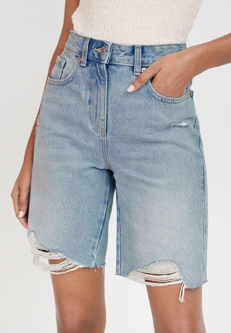 Next - BERMUDA - Shorts di jeans - bleached denim