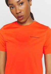 Peak Performance - ALUM LIGHT SHORT SLEEVE - Print T-shirt - super nova - 3