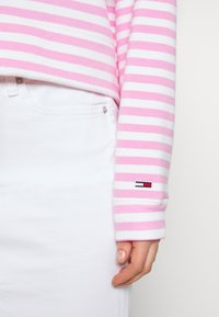 Tommy Jeans - STRIPE HOODIE - Sweat à capuche - pink daisy/white - 5