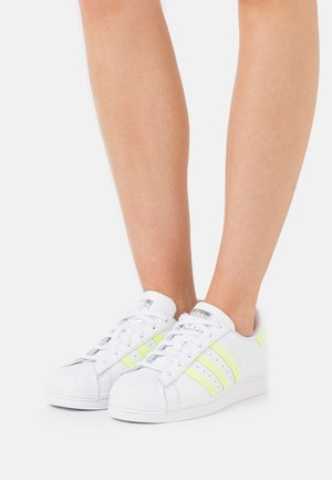 SUPERSTAR  - Matalavartiset tennarit - footwear white/hi-res yellow/matte silver