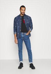 Tommy Jeans - CONTRAST POCKET TEE  - T-shirt z nadrukiem - black - 1