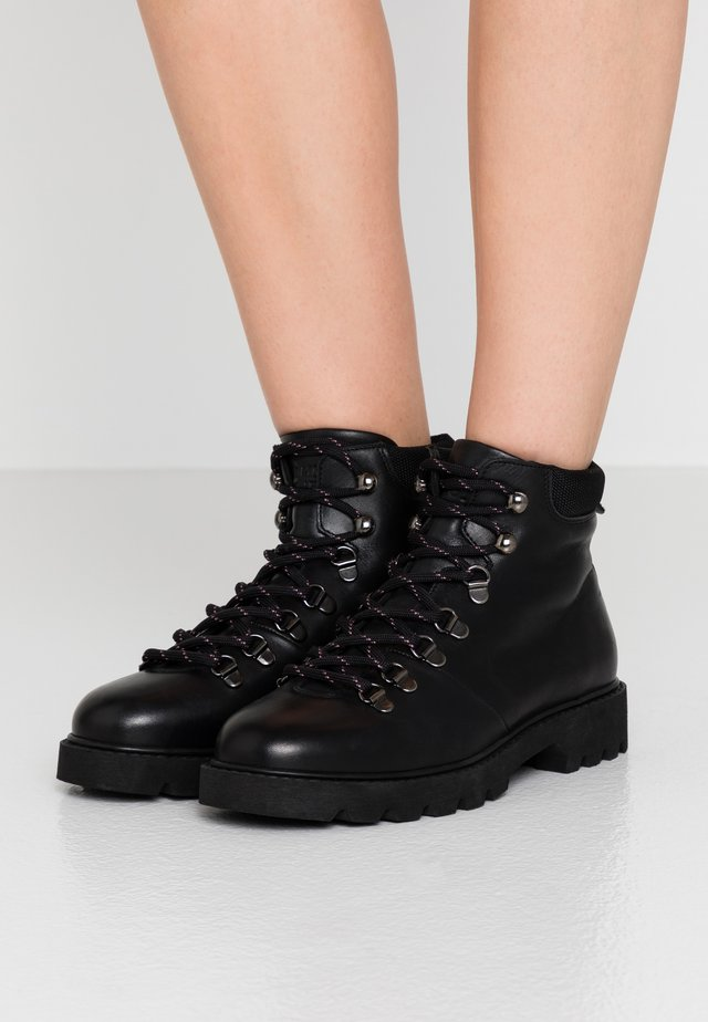 CITY HIKER - Boots à talons - black