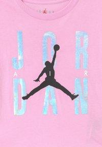 Jordan - HIGHLIGHTS TEE UNISEX - Print T-shirt - light arctic pink - 2