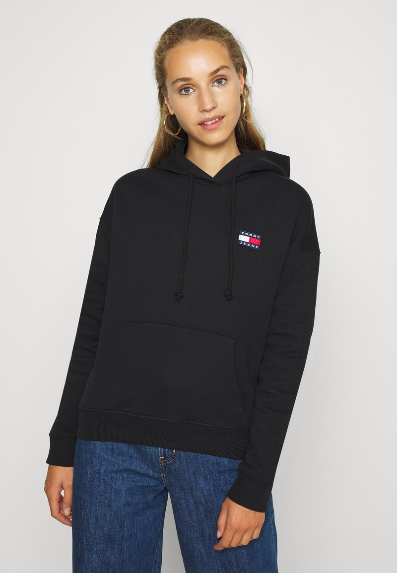 Tommy Jeans - BADGE HOODIE - Bluza z kapturem - black